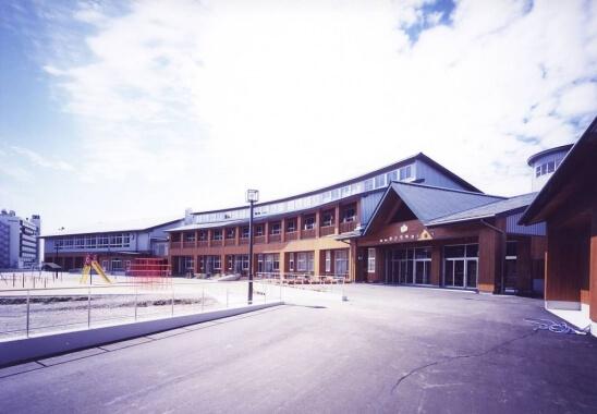 木造建築の施工事例:鶴岡市立湯野浜小学校(体育館) 1枚目