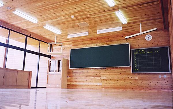 木造建築の施工事例:東温市立川上小学校 2枚目