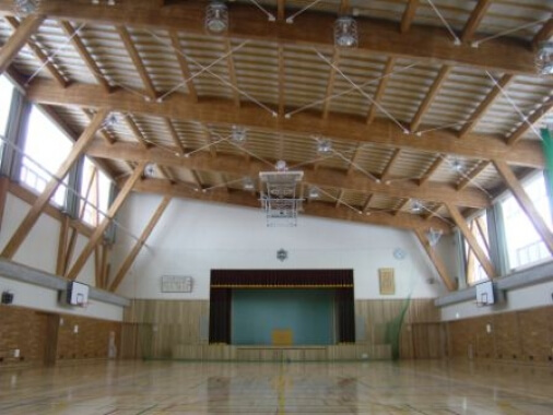 木造建築の施工事例:富良野市立山部小学校 屋内運動場 2枚目